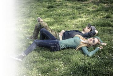 pareja tumbada en la hierba