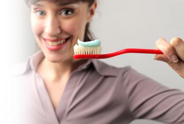 mujer cepillo dientes