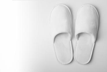 pantuflas y alfombra toalla blanca